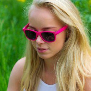 Roze vrouwe zonnebril
