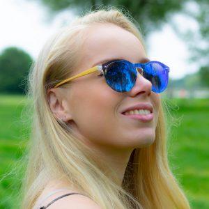 blauwe glazen zonnebril